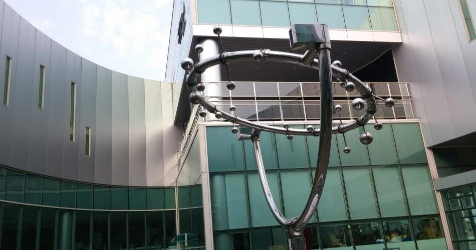 타원형 전시관 중앙 공터의 조형물