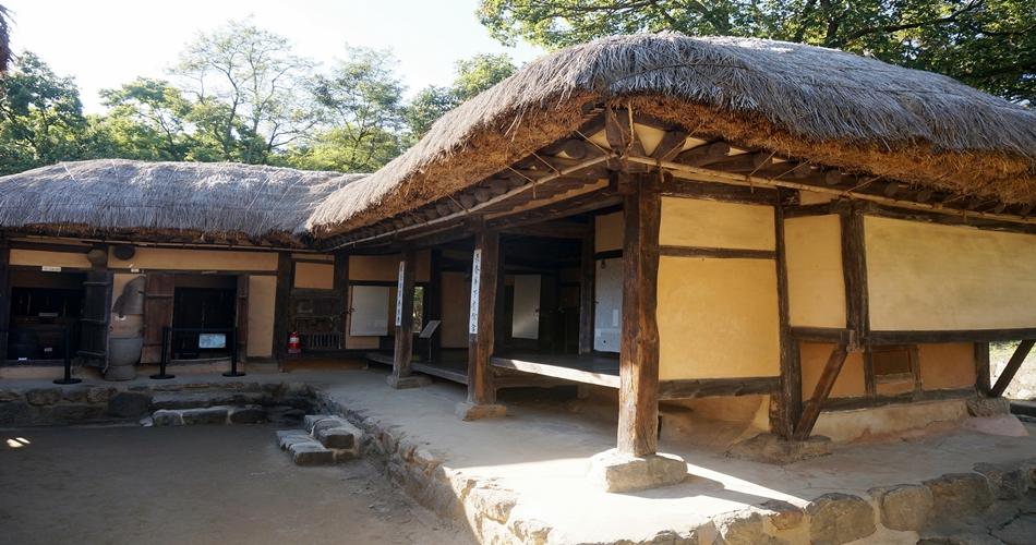 황토로 집을 지은 전통 초가집