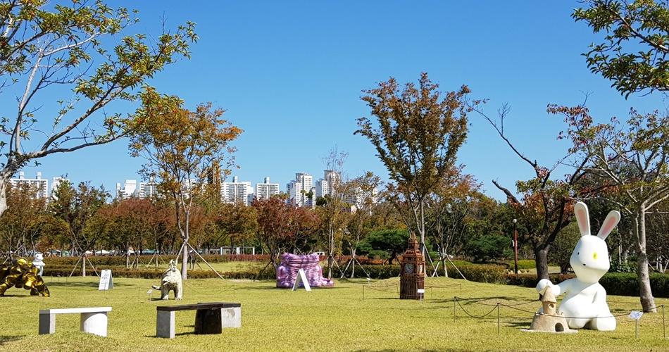 공원 곳곳에서 지역 예술가의 작품을 만나볼 수 있다